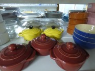 un grand choix de vaisselle à petit prix